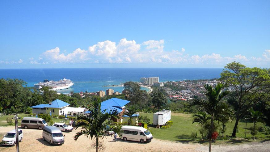 Auf dem Weg zurück vom Botanischen Garten - Blick auf das Dorf und die Küste
