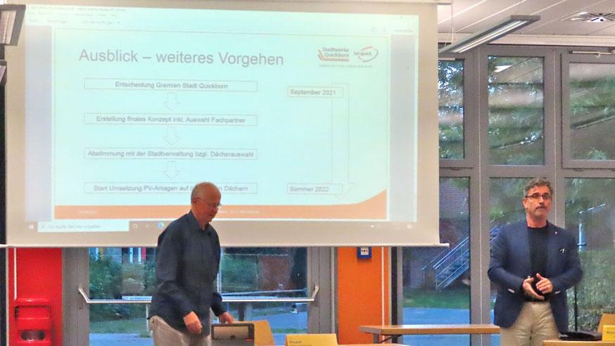 Stadtwerke-Chef Dr. Panagiotis Memetzidis (r.) informierte die Mitglieder des Ausschusses für Kommunale Dienstleistungen unter Vorsitz von Alfred Haack über die Möglickeiten von PV-Anlagen auf  öffentlichen Gebäuden