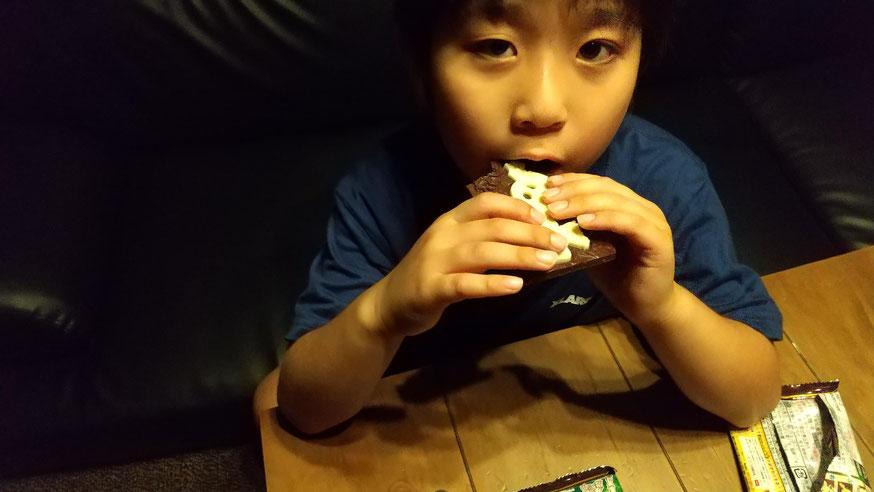 チョコレートを食べる子供の写真