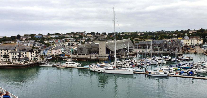 Blick vom Kreuzfahrtschiff auf Falmouth und das Maritime Museum
