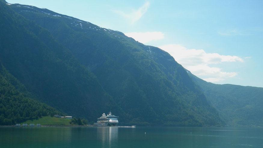 AIDAvita am Skjolden Cruise Pier - mit startendem Wasserflugzeug