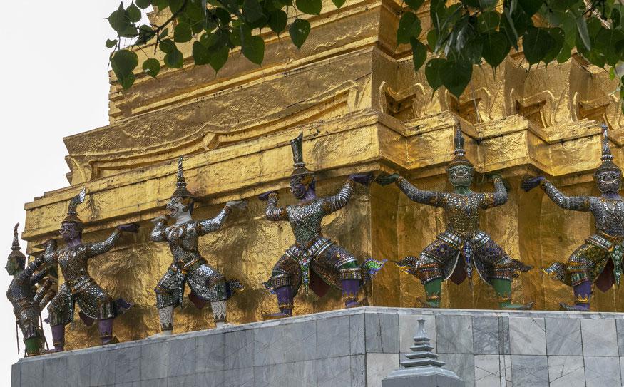 Bankoko Didžiųjų karališkųjų rūmų puošmenos - šokančios beždžionės ir žmonės