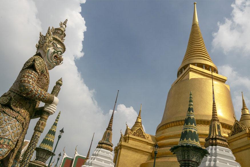 Didžiųjų karališkųjų rūmų Smaragdinio Budos šventyklos kiemas, Didžioji stupa ir milžinas sargas