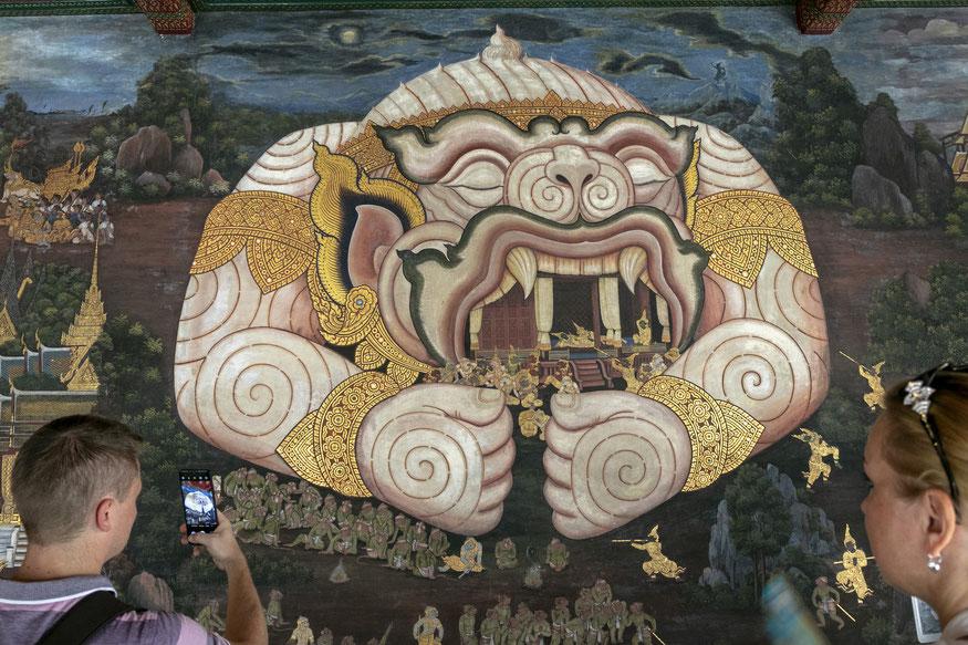 Klasikinio tajų kūrinio Ramakian scenomis dekoruotose sienose vaizduojama šimtai gyvūnų ir mitologinių būtybių Didieji Karališkieji rūmai Bankoke