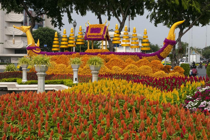 Karališkąją Auksinės gulbės baržą Suphannahong vaizduojanti gėlių skulptūra Bankoke