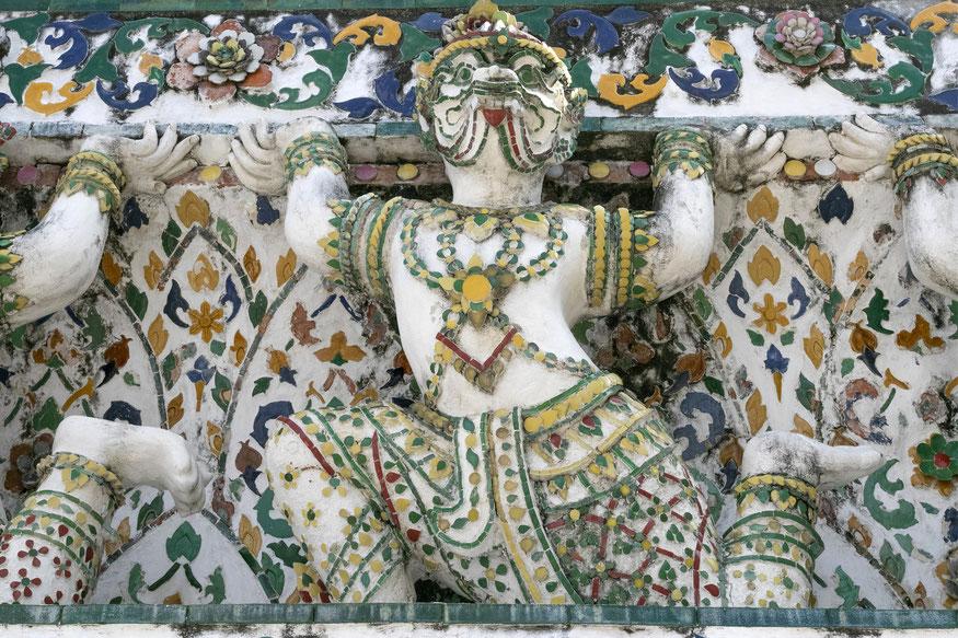 Bankoko Aušros šventyklos sienos ir skulptūros sudėliotos iš porceliano gabalėlių
