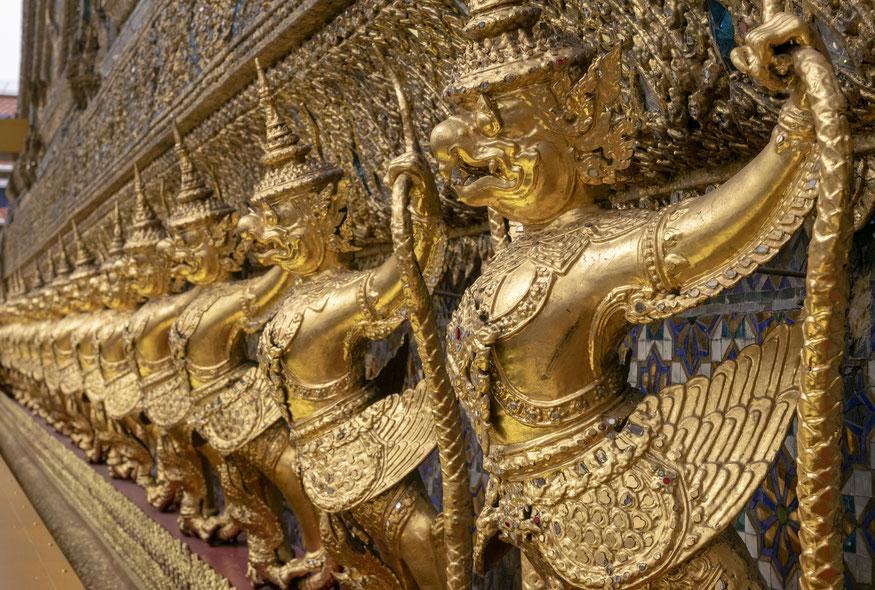 Mitinių būtybių skulptūros ant Smaragdinio Budos šventyklos sienos Bankoke