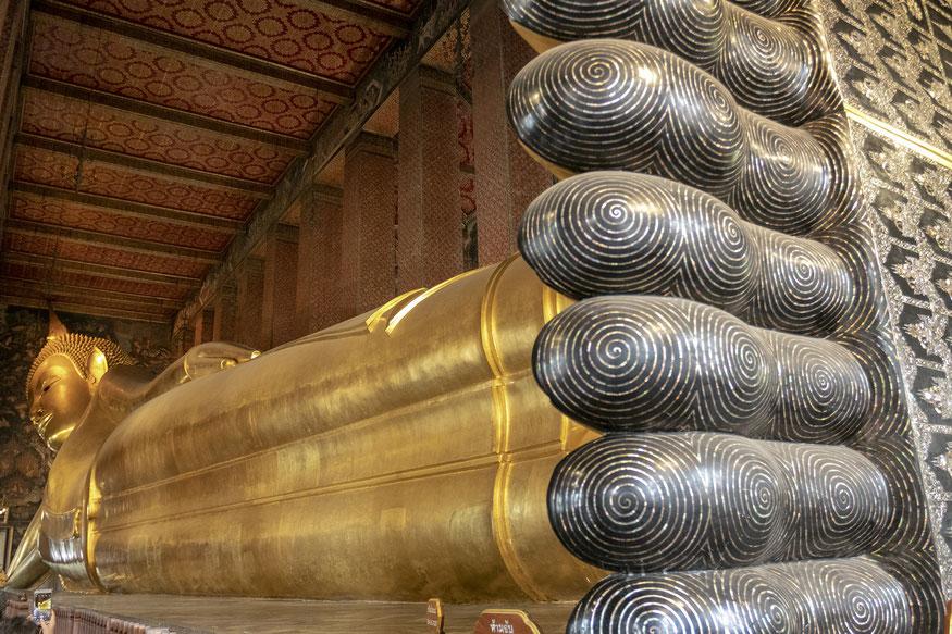 Bankoke vos įėjęs į Wat Pho šventyklą atsiduri priešais penkių metrų ilgio ir trijų metrų pločio Budos pėdas