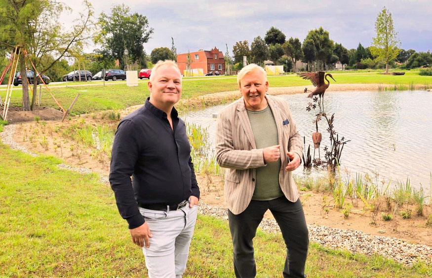Jan Kretzschmar, Geschäftsführer der KW-Development, und Bürgermeister Bernhard Knuth vor dem Mühlenteich.
