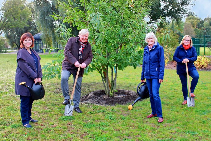 Bürgermeister Bernhard Knuth und Baby-Willkommens-Beauftragte Regina Breyer (Mitte) sowie Marina Ringel (l.) und Antje Lempke (r.) aus dem Beelitzer Hauptamt