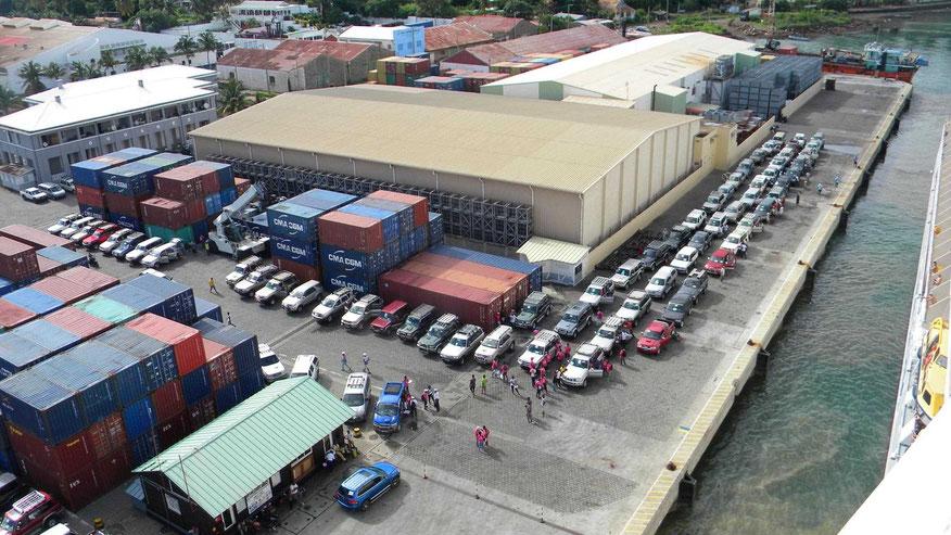 Am Kai stehen schon die Jeeps für Ausflüge, die auf dem Kreuzfahrtschiff gebucht wurden.