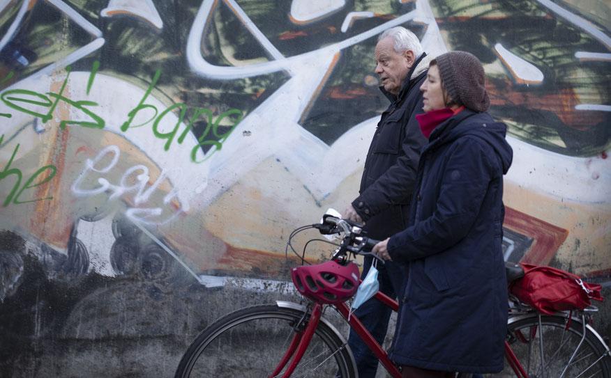 Norbert Fuchs und Brigitte Scholz beim gemeinsamen Spaziergang in Mülheim-Nord. Foto: Sonja Niemeier