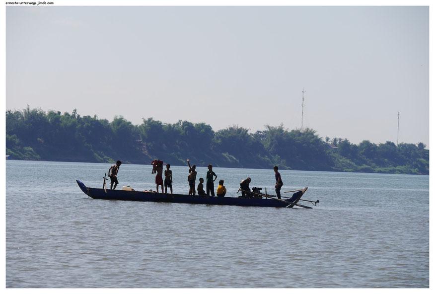Am Ende fuhren sie allein mit einem motorisierten Boot davon. Ich war überrascht, war doch der Älteste von ihnen etwa 13.