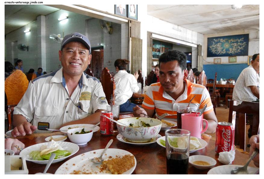 Essen mit Freunden in einem ganz normalen Lokal.