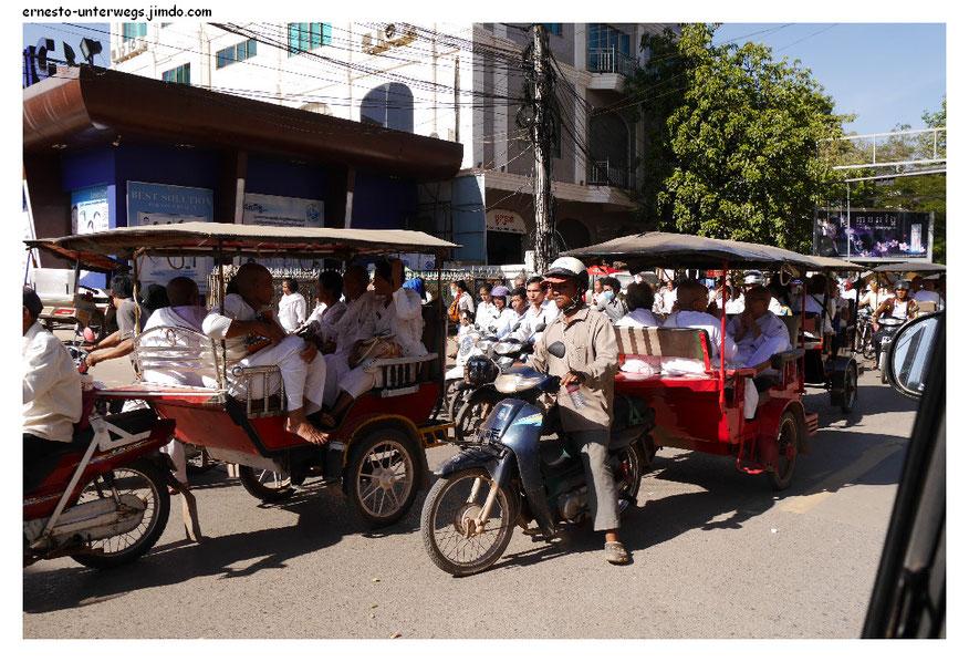 Das ist der Leichenzug eines hohen politischen Tieres der Provinz Battambang. Es gab übrigens auch Fußgänger und Autos.