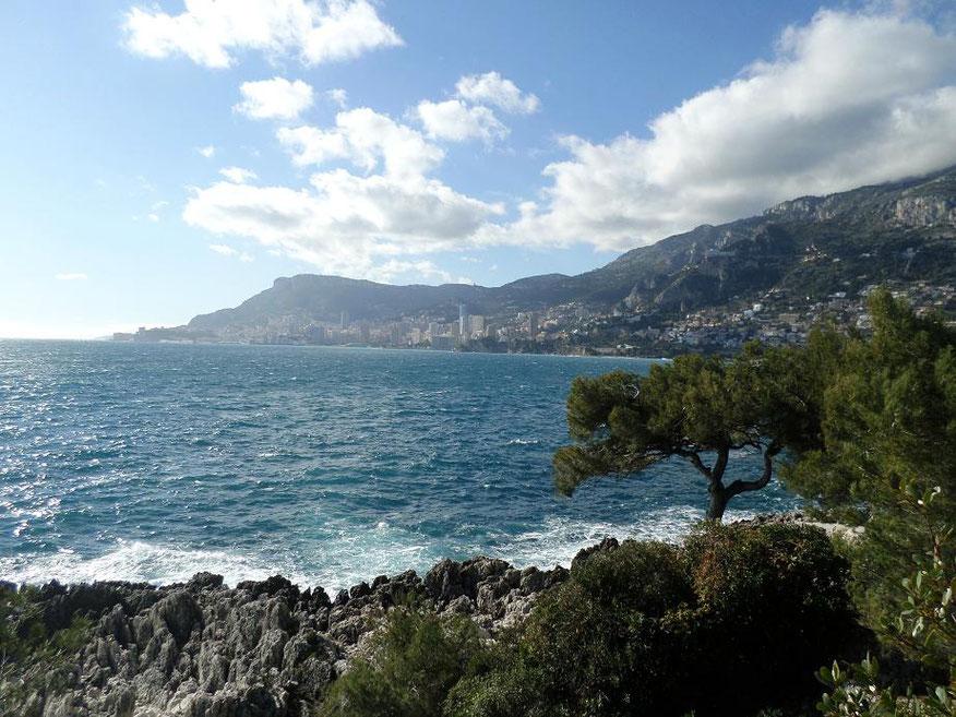 Vue sur Monaco, au loin à gauche