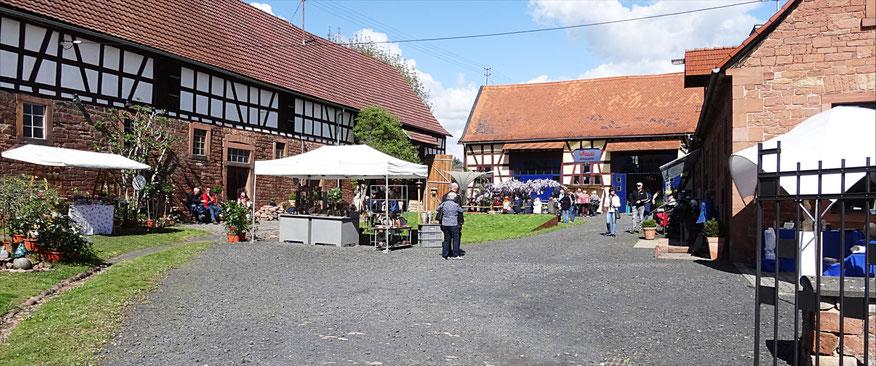 Blick in das Hofgut Zippur, während der Kunst und Handwerks Ausstellung am 28. April 2019.