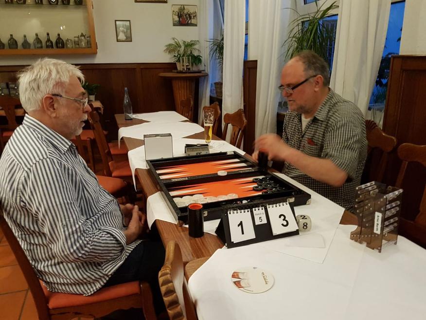 Artur Barth (rechts) würfelt sich zum Consolation-Sieger