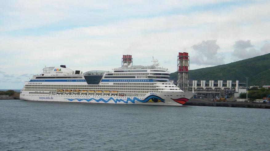 AIDAblu im Industriehafen von Le Port