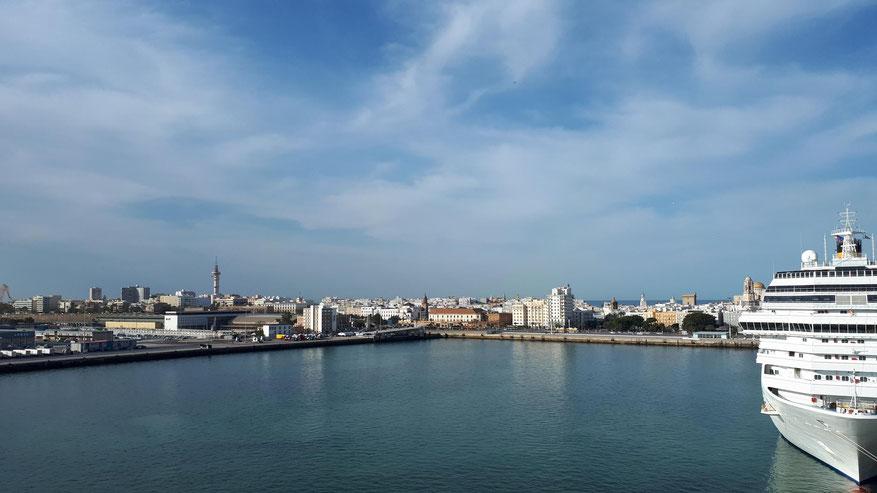 Blick vom Schiff am Liegeplätze Muelle Alfonso XIII zum Liegeplatz Muelle Ciudad