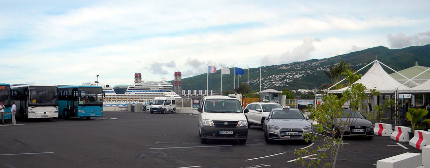 Taxen und Shuttle-Busse am Hafenausgang