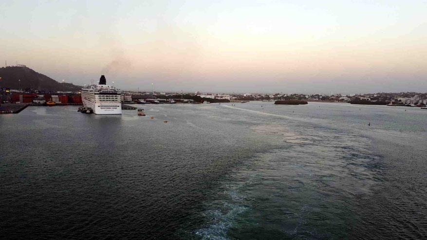 Das Schiff verlässt den Port of Cartagena.