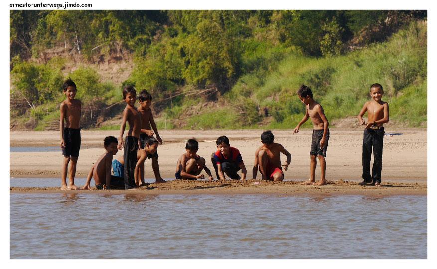 Diese Jungs hier bauen ein Sandkrokodil. Erkennst du es?