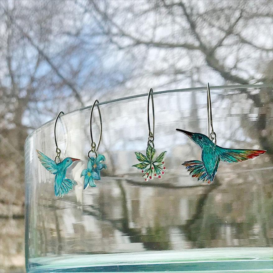 neue Kolibri-Ohrringe warten auf Ihr Fotoshooting • 925er Silber-Ohrhaken mit gezeichneten Vogel- und Blüten-Anhängern