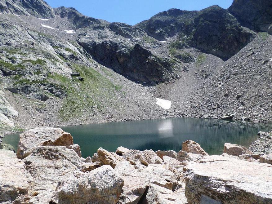 Le lac Niré entouré de gros blocs de pierre