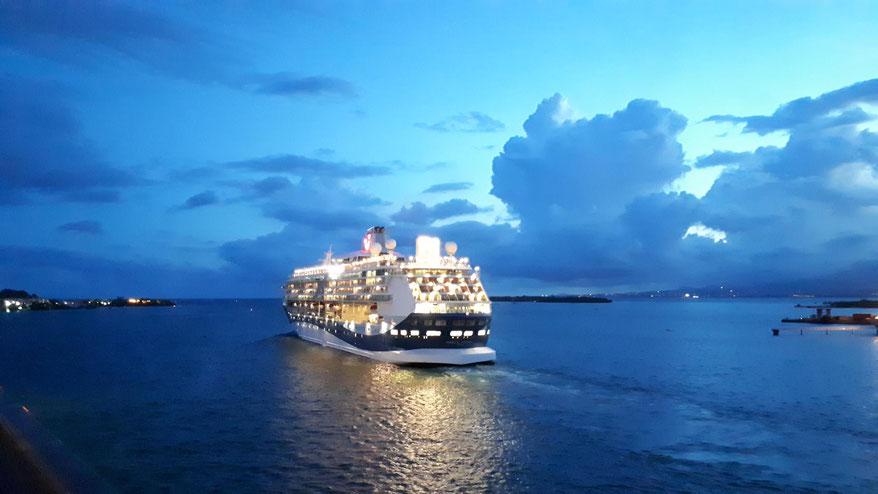 ein Schiff läuft am Abend aus