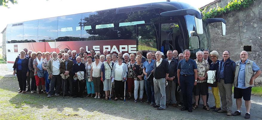 Pose photo pour les 48 adhérents à l'arrivée à Clisson