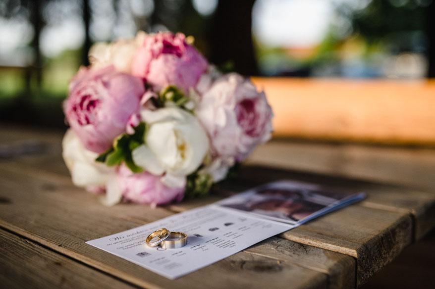 Hochzeitsringe und Brautstrauß, Kotjemühle, Jann Hinsch Hof Winsen Aller, Nicolas Wanek photography