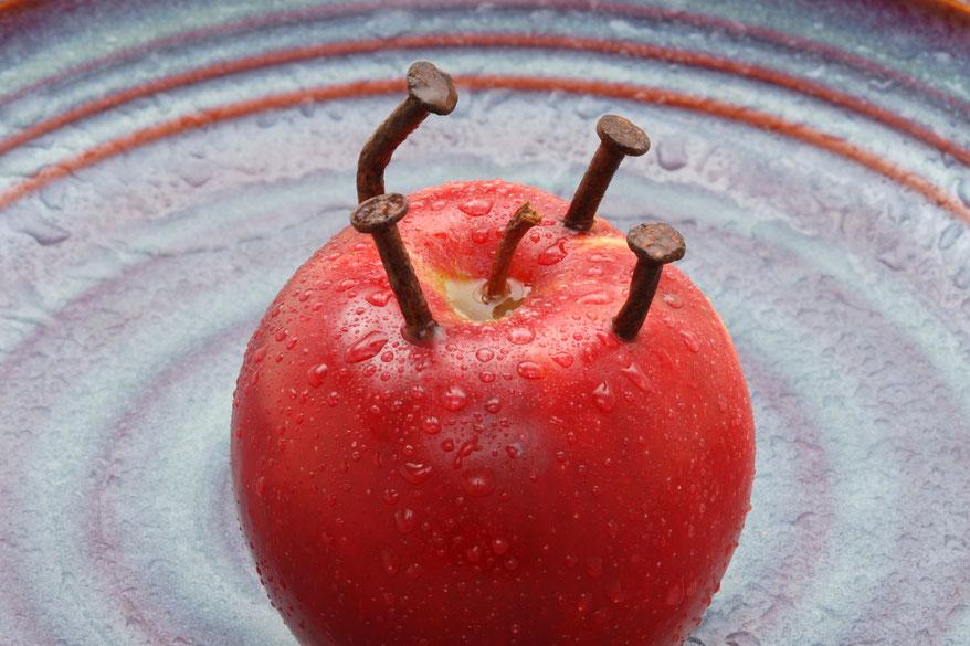 Eisenzentrum Hannover, Praxis Dr. Matthias Marquardt, Eisennagel im Apfel