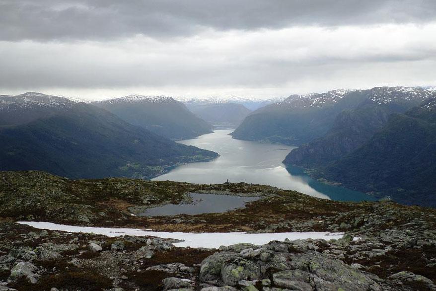 Vue depuis le sommet encore enneigé en juillet