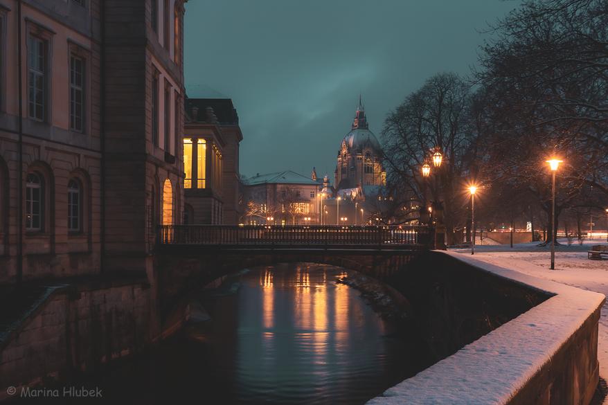 An der Leine mit Blick auf das Neue Rathaus Hannover