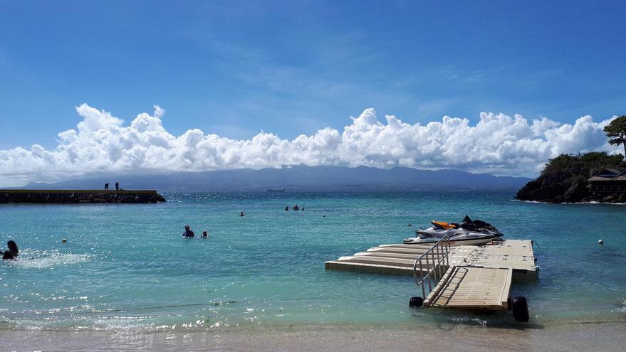 Hotelstrand mit Blick auf Basse-Terre
