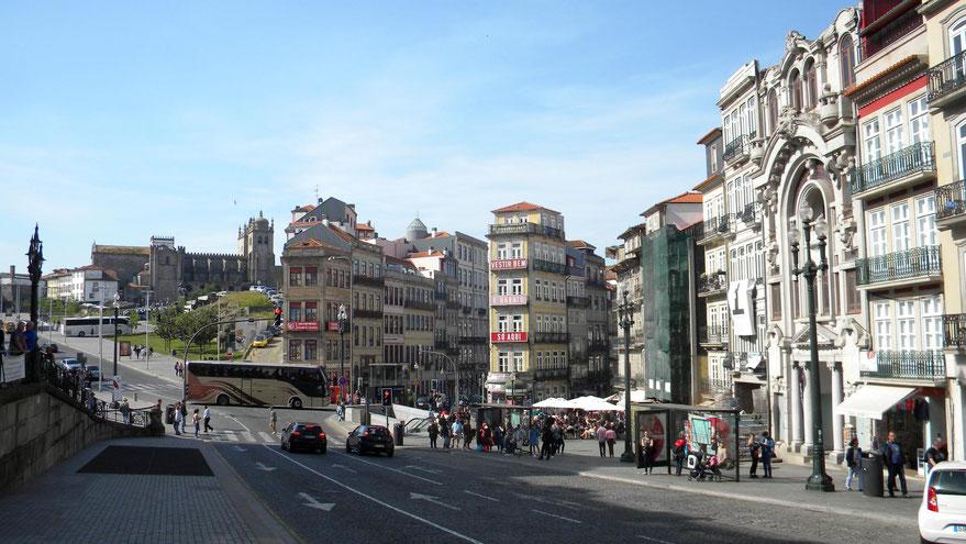Blick von Bahnhofsvorplatz zur Kathedrale von Porto