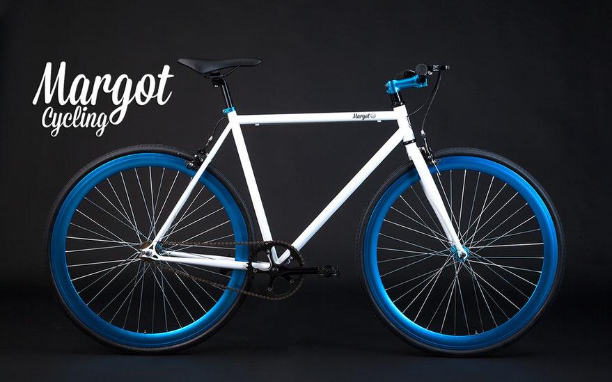 """Bici fixed AQUA: """"Bianco puro abbinato a cerchi e dettagli anodizzati che rilanciano la luce; l'effetto lascia a bocca aperta!"""""""