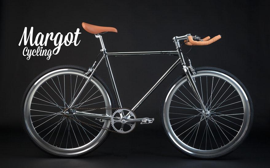 """Bici scatto fisso ÄTHER: """"Telaio cromato, cerchi anodizzati silver, sellino e rivestimento manubrio in marrone chiaro""""."""