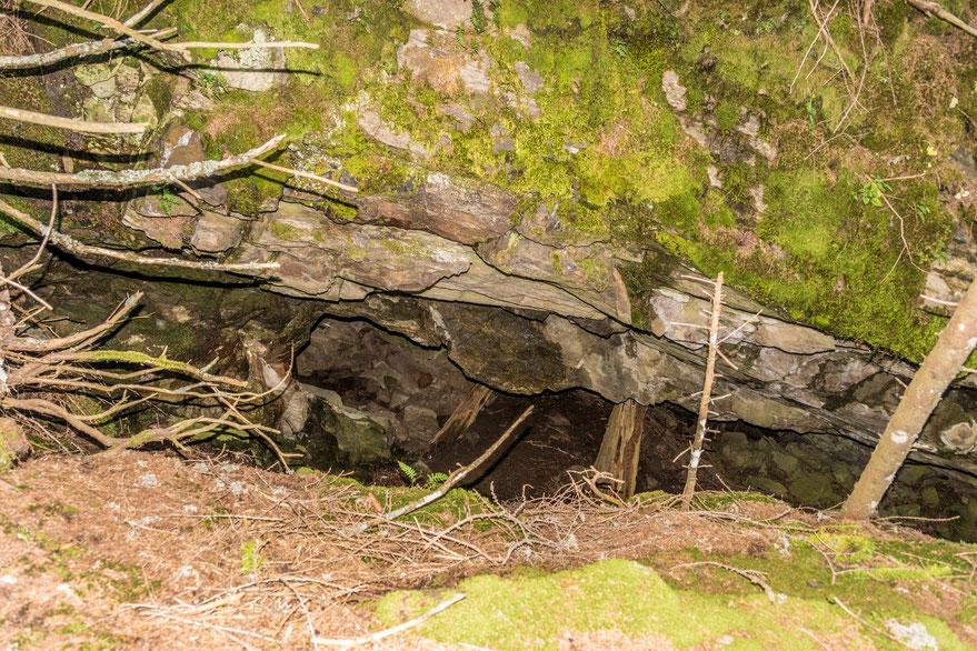 Blick in den Abbauschlitz Martegn in Innerferrera mit Fels- und Holzstütze