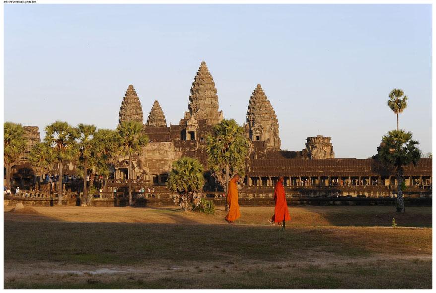 Mönche vor dem berühmten Angkor Wat - Tempel