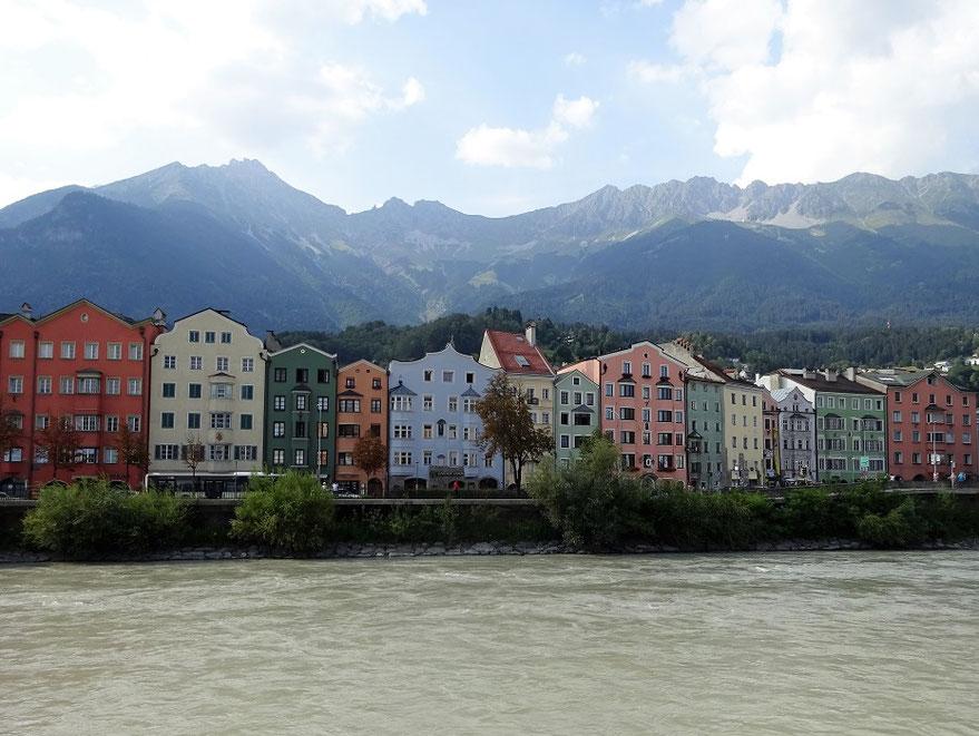 Jolies maisons colorées sur l'autre rive