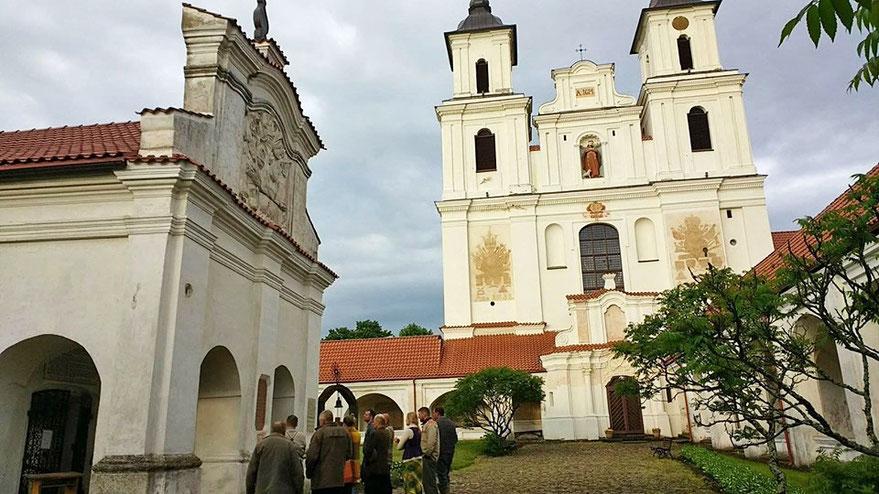 Žygeiviai prie Tytuvėnų bažnyčios ir vienuolyno