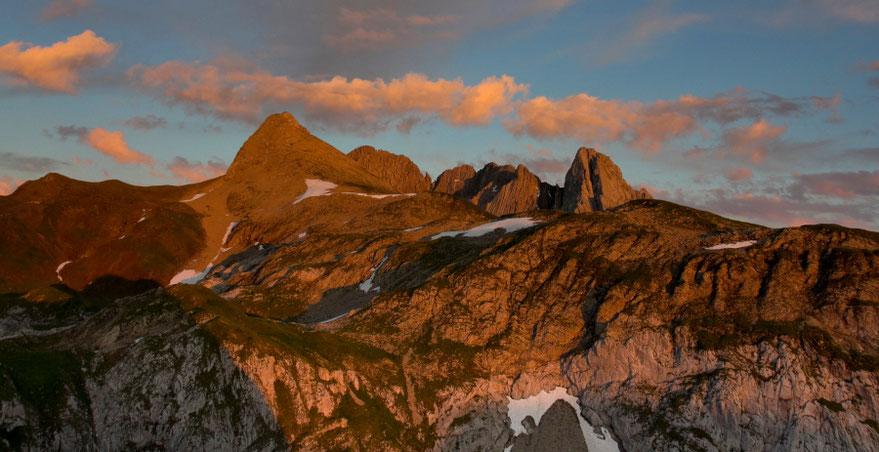 Saulėlydis pro Bivouac trobelės langą Alpėse prie Lecho miesto