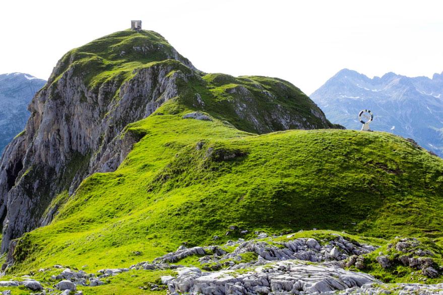 Bivouac trobelė kalno viršūnėje pririšta keturiais lynais - Austrijos Alpėse Lech Zurs am Arlberg