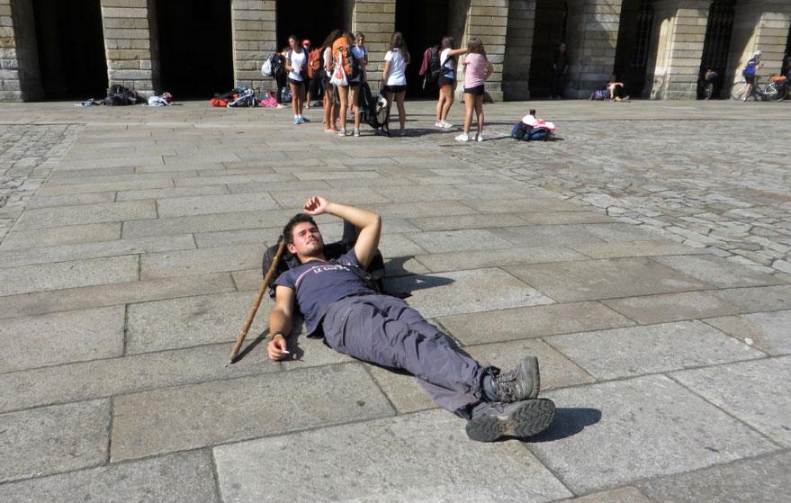 Piligrimas ilsisi priešais Šv. Jokūbo katedrą Obradoiro aikštėje Santjago de Komposteloje