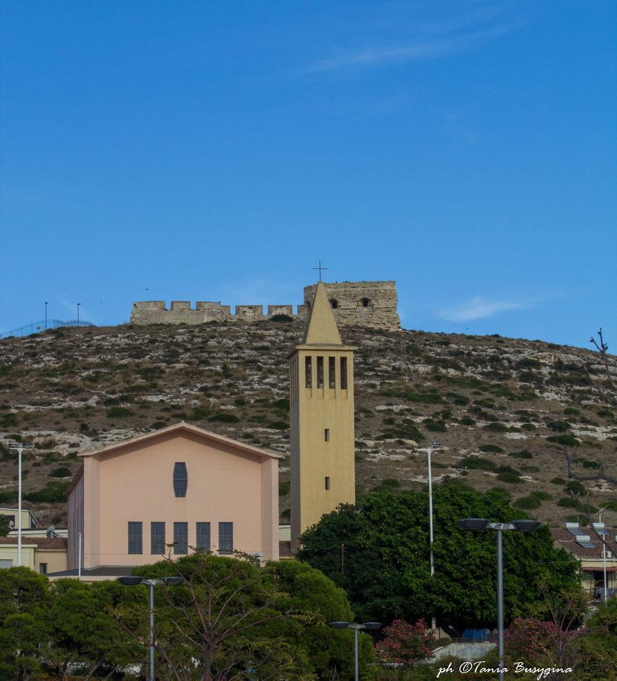 Вид на холм Сант Илия в Кальяри