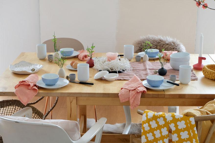 dieartigeBLOG - Ostern -Tischdekoration; weißes + hellblaues Geschirr, etwas Lachs, Koralle und Senfgelb als fröhliche Farbtupfer