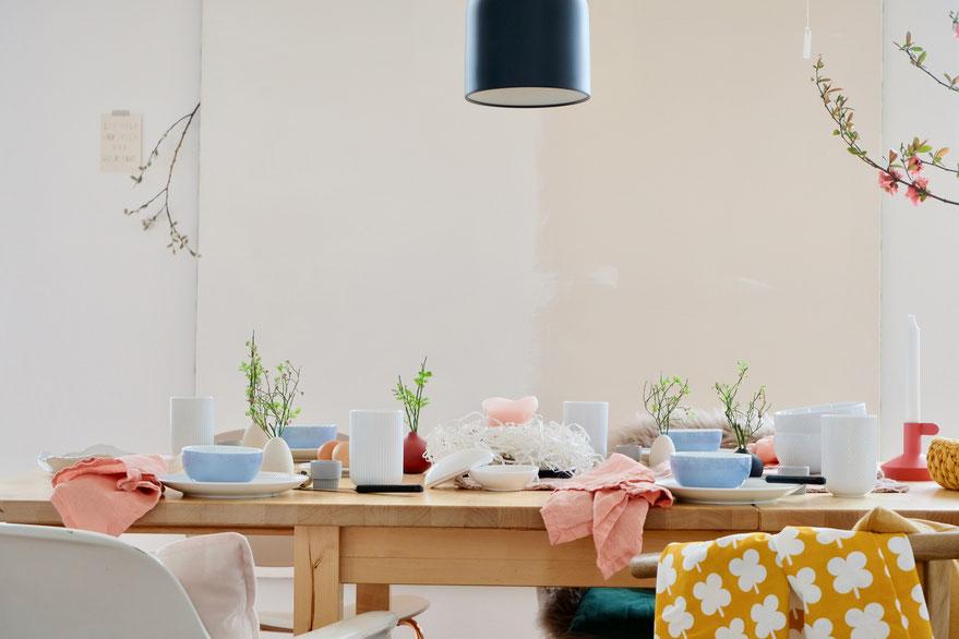 dieartigeBLOG // Oster-Frühlings-Tischdekoration | Rosenthal-Geschirr neu in weiß und vintage in hellblau, dazu Leinen-Servietten in Lachs, Gubi-Leuchte in Schwarz
