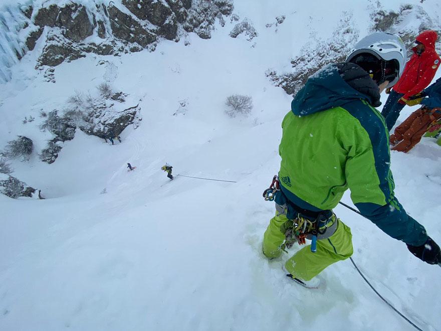 Niet iedere helling is door iedereen te skiën. Hier oefenen we het nazekeren van klanten op ski's.